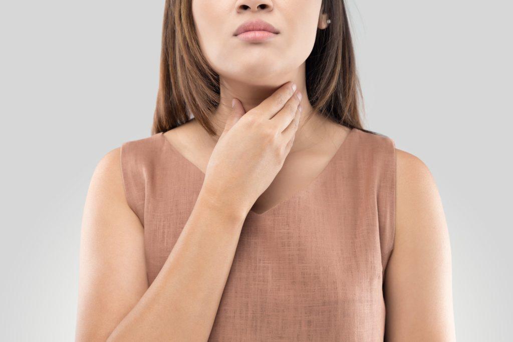 Почему после удаления зуба может болеть горло?