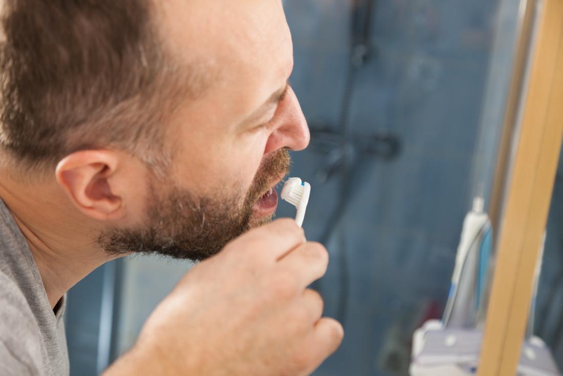 Чистящий зубы