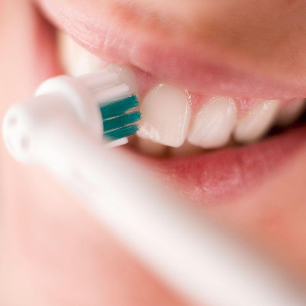 Как правильно чистить зубы электрической щеткой?