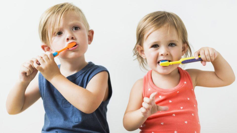 Даже стоматологи – эксперты не могут прийти к единому мнению о правильной чистке зубов