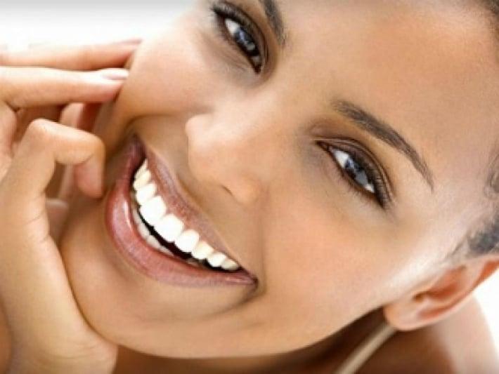 Чем отличаются отбеливание и профессиональная чистка зубов?