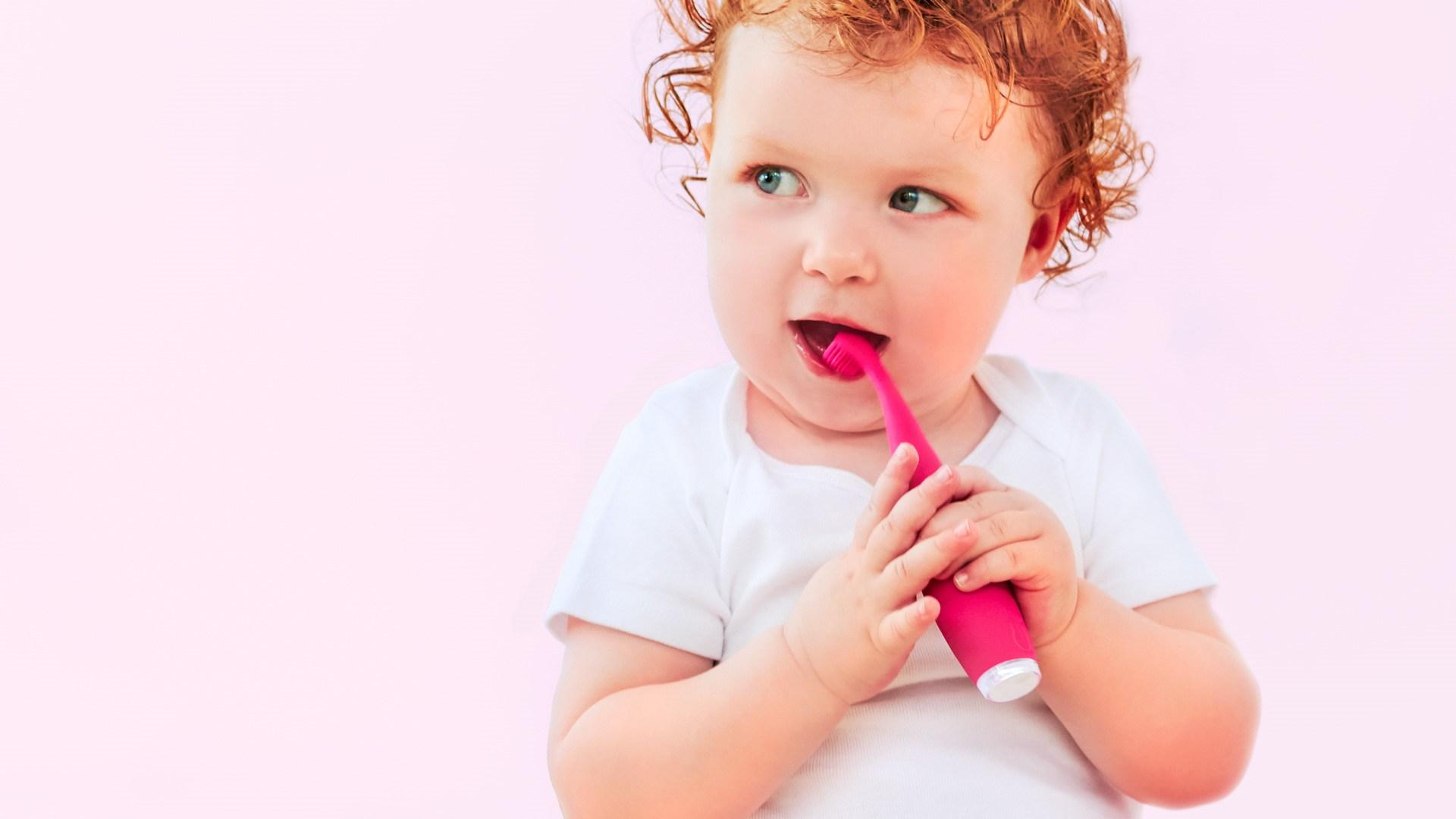 Малыш с зубной щеткой