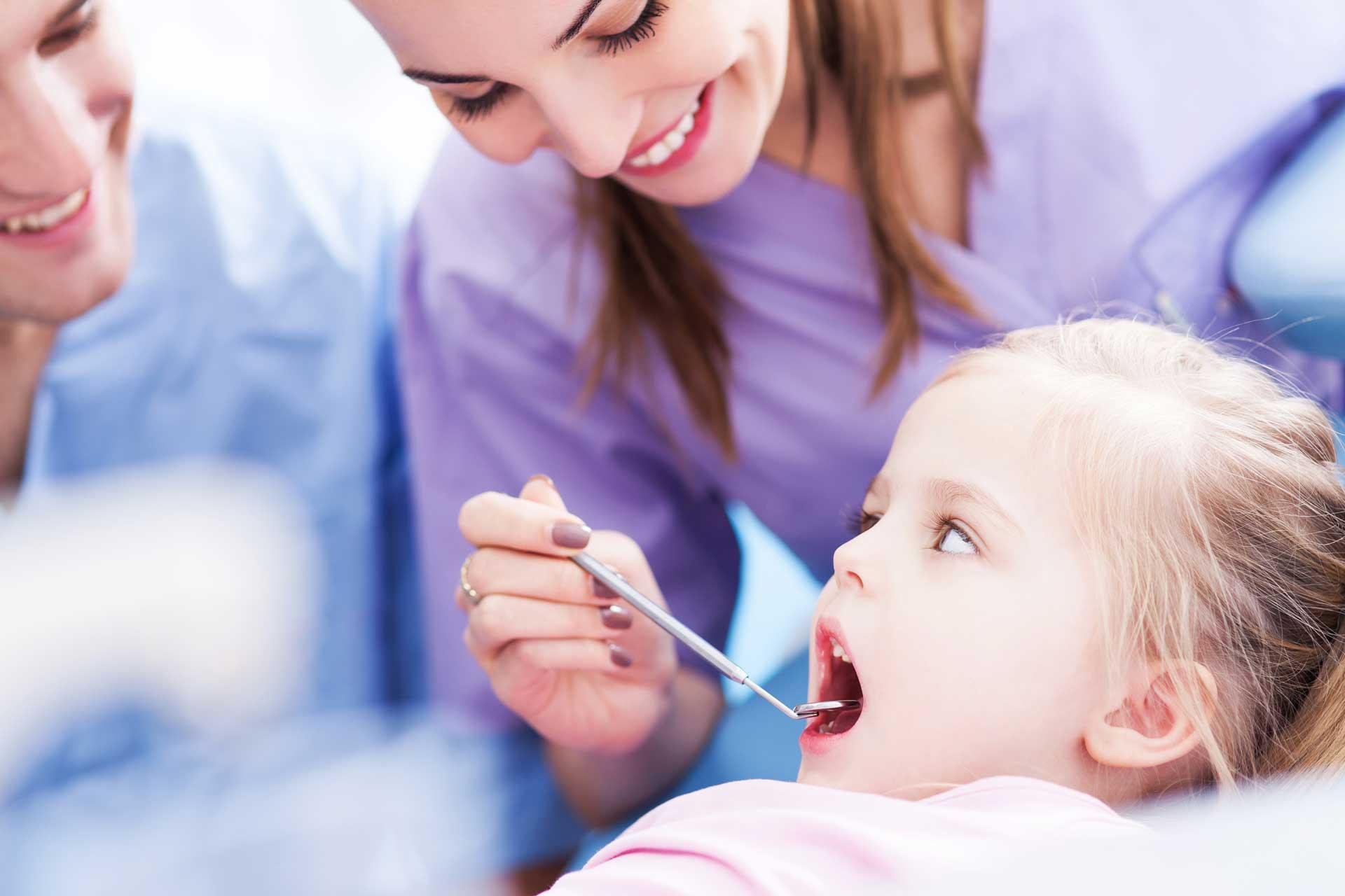 Осмотр молочных зубов