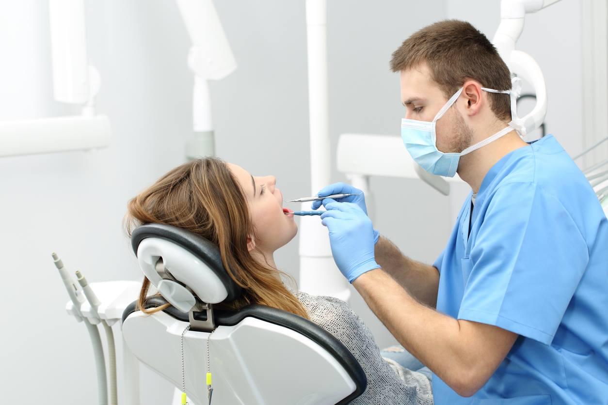Стоматолог с пациентом