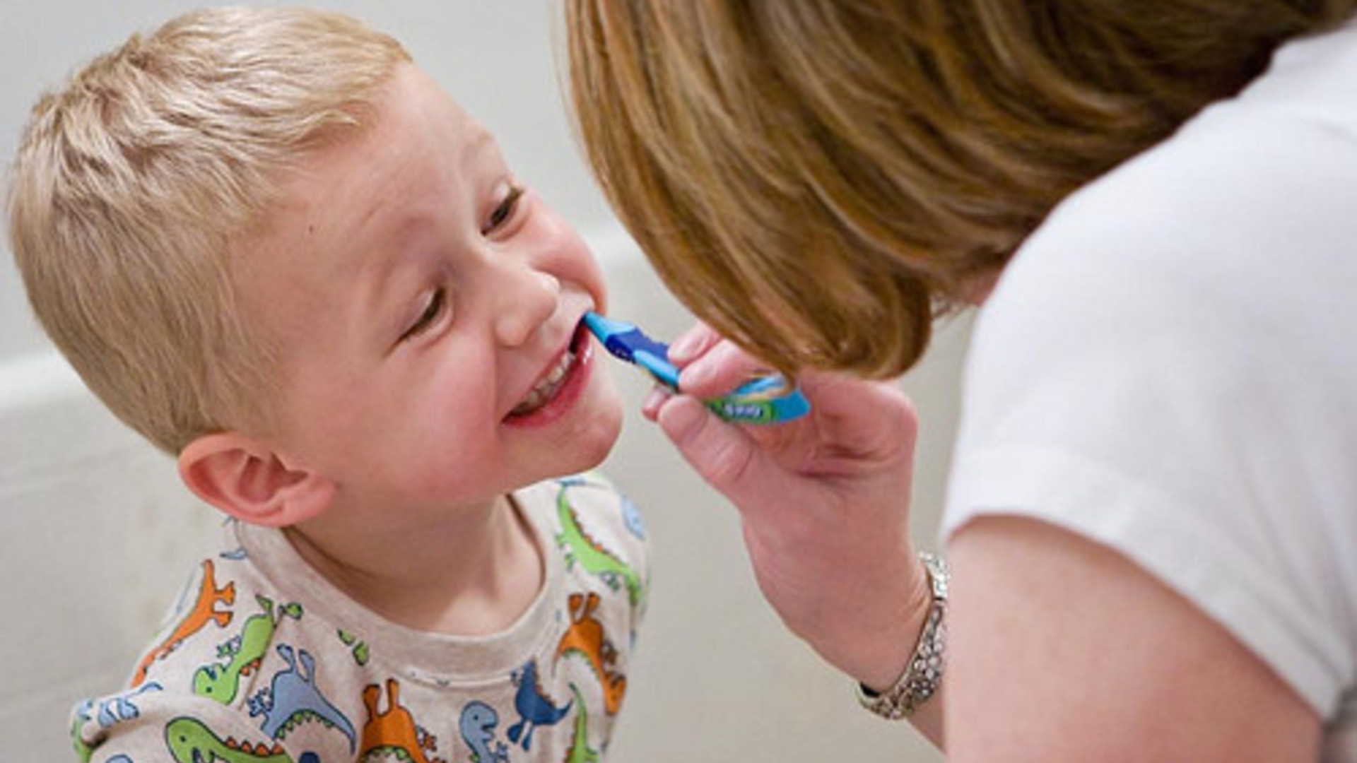 Осмотр зубов у ребенка