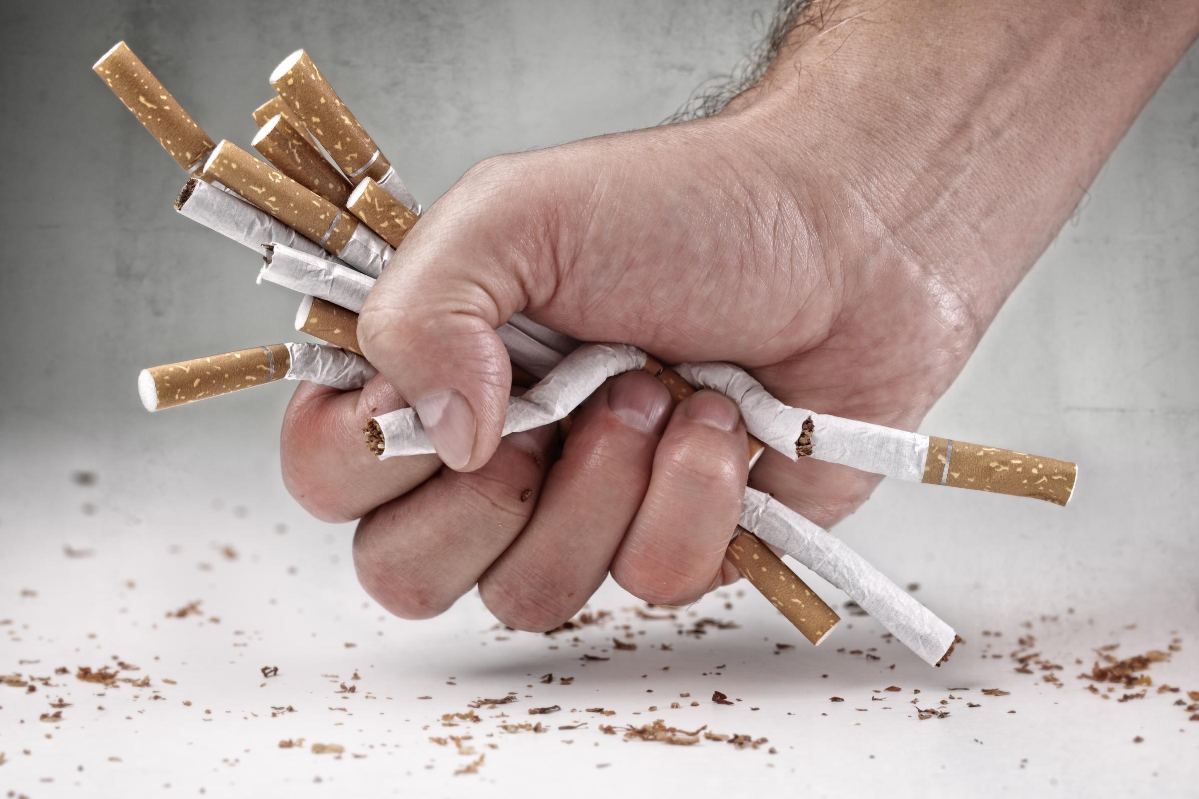 Сигареты в руке