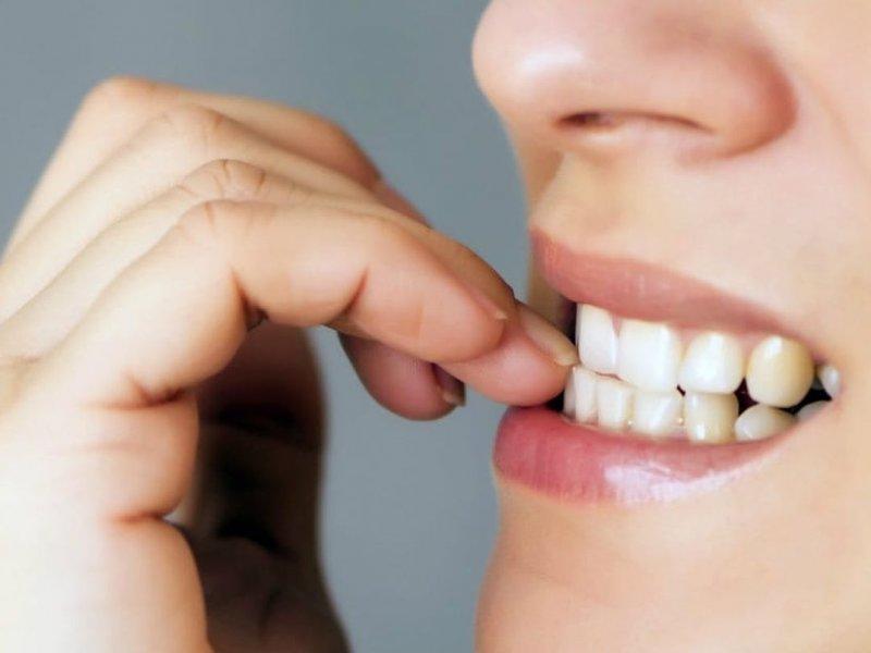Пальцы в зубах