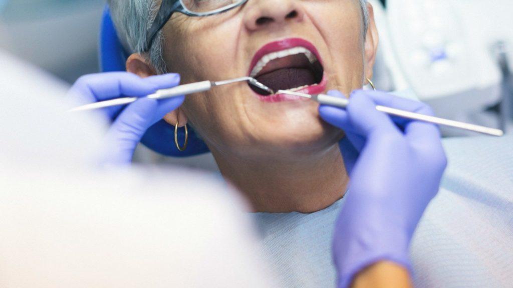 С чем могут быть связаны проблемы с зубами у женщин после 40 лет