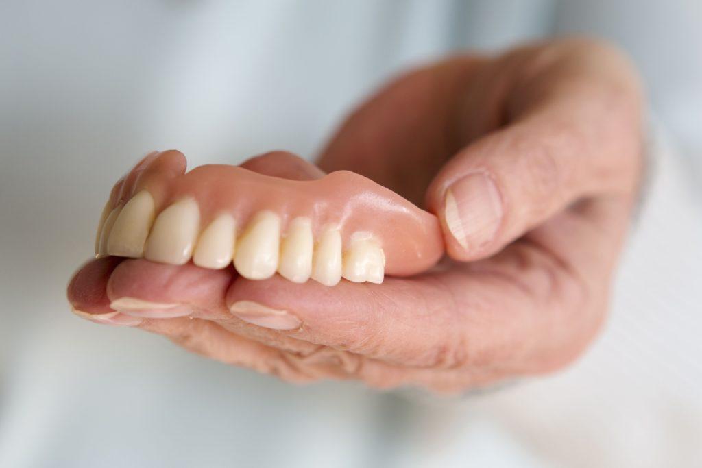 Какие зубные протезы лучше для пожилых?