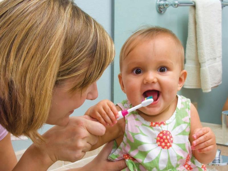 Выбор первой зубной щетки малышу: на что обратить внимание