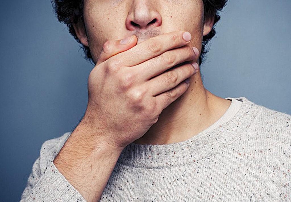 Почему из-под коронки может идти кровь и неприятный запах