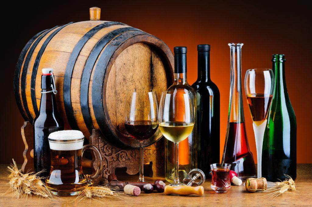 Бочонок и бутылки с вином