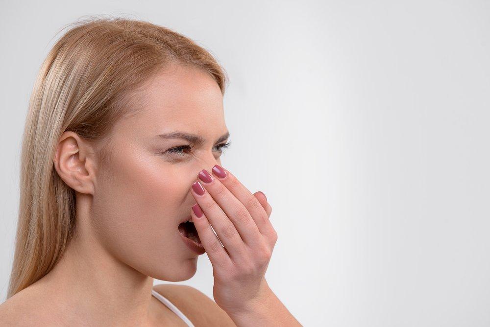 Причины неприятного запаха изо рта и его лечение
