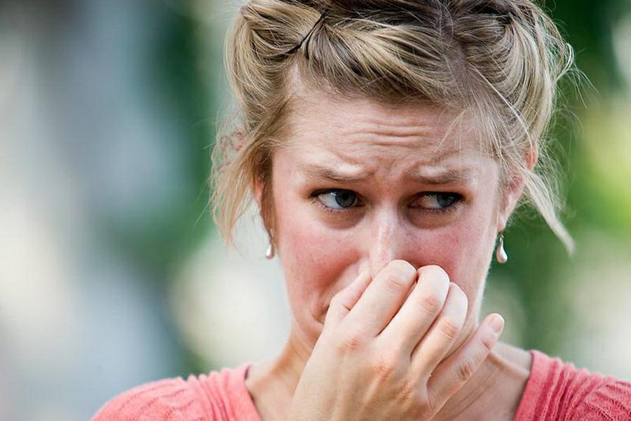 Нос зажат пальцами