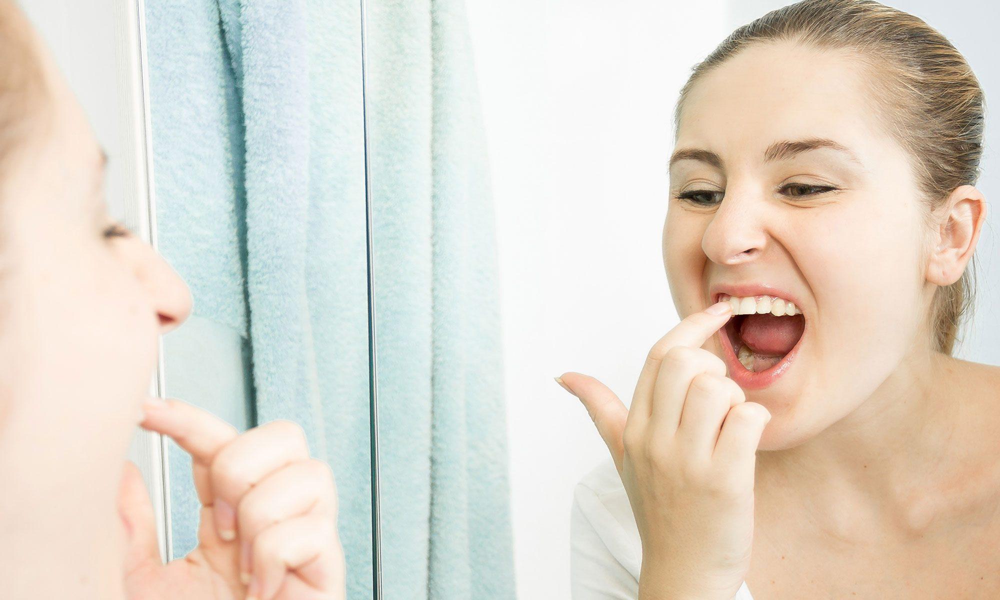 Женщина рассматривает зубы