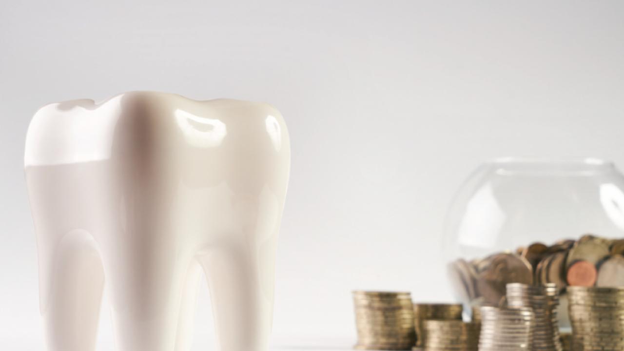 Зуб и монеты в банке