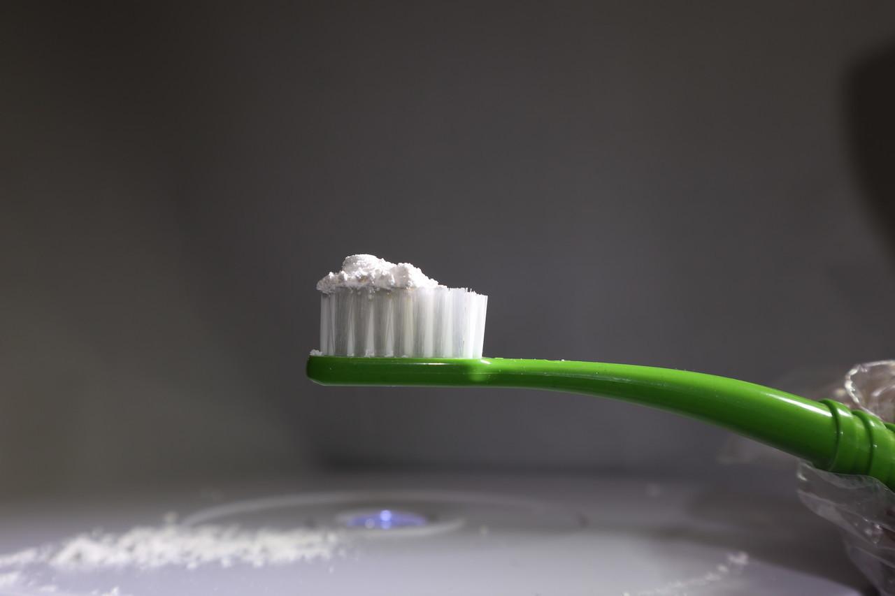 Зубной порошок на щетке