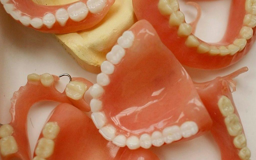 Через сколько лет нужно менять зубные протезы